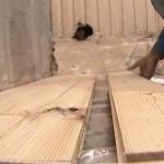 Монтаж деревянного пола в бане.