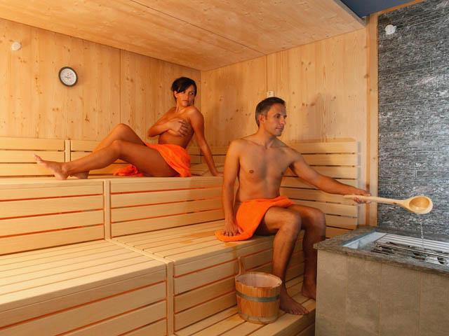 мокрое прозрачное белье в бане