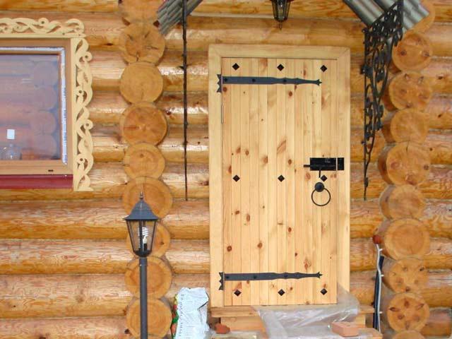 Красивая дверь с накладными петлями