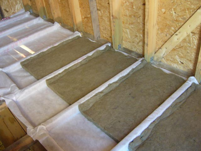 Утепление потолка в доме с холодной крышей: материалы и спос.
