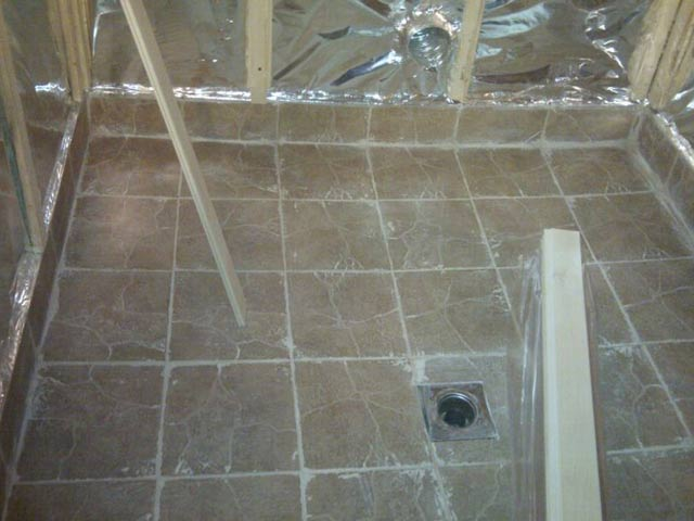 Положить плитку на пол в бане своими руками