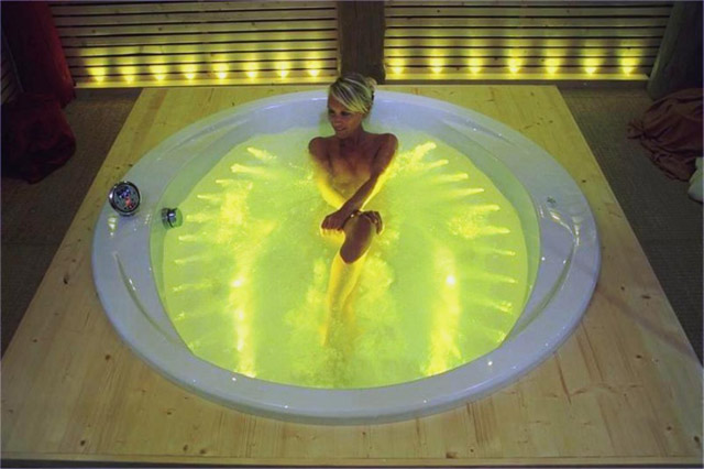 Круглые акриловые ванны с подсветкой и гидромассажем