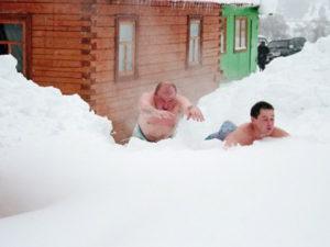 Купание в снегу после бани