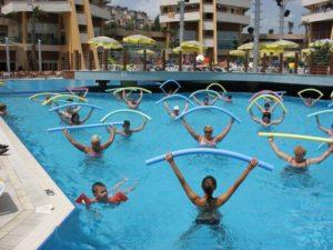 Упражнения в бассейне для похудения живота и боков